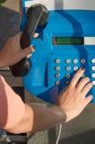 Woman's hand som ringer en telefon Arkivbilder