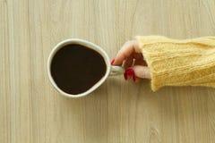 Woman's-hande mit guter Maniküre wird Tasse Kaffee nehmen Stockfotografie