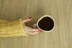 Woman's-hande mit guter Maniküre wird Tasse Kaffee nehmen Lizenzfreie Stockbilder