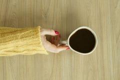 Woman's-hande mit roter Maniküre wird Tasse Kaffee nehmen Lizenzfreie Stockfotos
