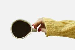 Woman's-hande mit roter Maniküre wird Tasse Kaffee nehmen Stockfotografie
