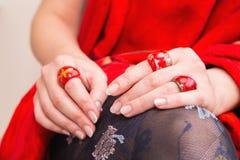 Woman's lägger benen på ryggen med härliga strumpor och händer med röda cirklar Royaltyfri Fotografi