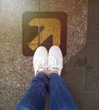 Woman'sfot för bästa sikt med vita skor fotografering för bildbyråer