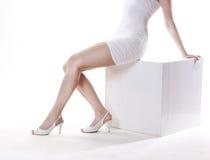 Womanâs Fahrwerkbeine in den Schuhen Lizenzfreie Stockfotos