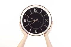 Womanâs passa l'orologio della holding Fotografie Stock Libere da Diritti