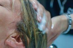 woman& x27的细节;s面孔,当她是在hairdresser& x27时;做她的头发的s 库存照片