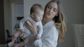 Womanque juega con el bebé metrajes