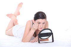 Woman applying eyeshadow Stock Images