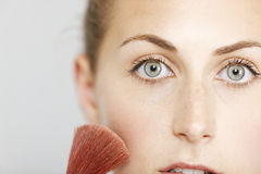 Woman applying make up Royalty Free Stock Photos