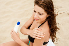 Woman applying sun protection lotion. Royalty Free Stock Photos