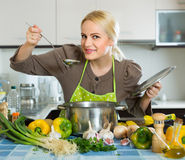 Woman in apron at home kitchen Royalty Free Stock Photos