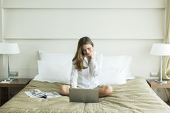 Woman in the bed with laptop Royalty Free Stock Images
