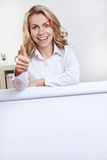 Woman behind flipchart holding Royalty Free Stock Photos