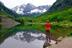 Woman bereitstehender See mit Mountain View und Reflexion Stockfotografie