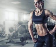 Woman& x27 ; bodybuilder de corps de s photographie stock libre de droits