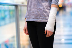 Woman with broken arm Stock Photography