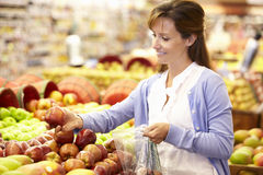 Woman buying fruit in supermarket Royalty Free Stock Photography