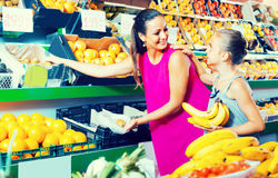 Woman with child buying fruits Royalty Free Stock Photography