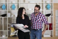 Woman consults a man Royalty Free Stock Photos