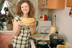 Woman cooking pancakes Royalty Free Stock Photography