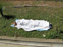 Woman& x27; corpo di s sotto il lenzuolo Immagini Stock