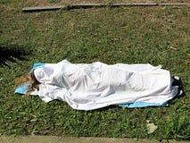 Woman& x27; corpo di s sotto il lenzuolo Fotografia Stock