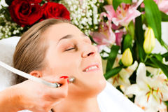 Woman in cosmetic salon receiving facial Royalty Free Stock Images
