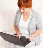 Woman with credit card and laptop Royalty Free Stock Photography