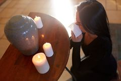 Woman with cremation urn at funeral in church Stock Photos