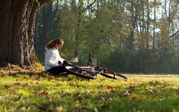 Woman cyclist read the map Royalty Free Stock Photography