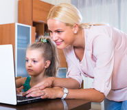 Woman and daughter chatting online Royalty Free Stock Photography