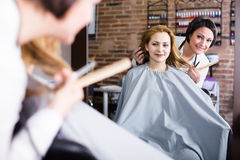 Woman decides with master how to cut hair Royalty Free Stock Photos