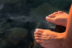 Woman& desnudo x27; pies de s en el embarcadero Imagen de archivo