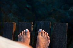 Woman& desnudo x27; pies de s en el embarcadero Fotos de archivo
