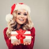 Woman di modello sorridente che indossa Santa Hat Fotografia Stock Libera da Diritti