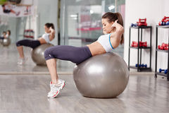 Woman doing abs crunches Royalty Free Stock Photography