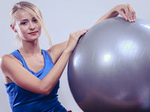 Woman doing fitness exercises with fit ball Royalty Free Stock Photos