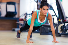 Woman doing push ups in gym Royalty Free Stock Photos
