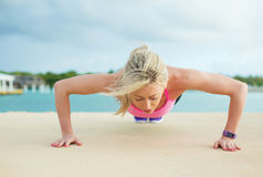 Woman doing pushups exercise Royalty Free Stock Photos
