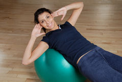 Woman doing sit ups with swiss ball Royalty Free Stock Photo