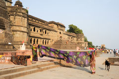 Woman drying them sari in front of Maheshwar palace Stock Photos