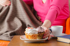 Woman eat cupcakes and drink tea Royalty Free Stock Photos