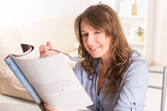 Woman eating breakfast at home Royalty Free Stock Photos