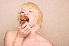 Woman eating chocolate cupcake Royalty Free Stock Photos