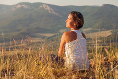 Woman enjoyed with gently shining sunrise Royalty Free Stock Photos