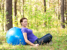 Woman exercising with fitness ball Royalty Free Stock Photos