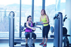 Woman exercising with her personal trainer Royalty Free Stock Photos