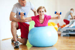 Woman exercising with personal trainer Royalty Free Stock Photos