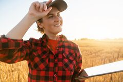 Free Woman Farmer With A Digital Tablet Royalty Free Stock Photo - 190657235