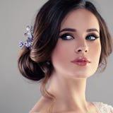 Woman Fiancee modelo bonito com penteado nupcial Fotos de Stock Royalty Free